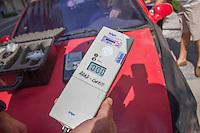 CURITIBA, PR, 15 DE DEZEMBRO 2013 –  TRÂNSITO / ACIDENTE / ALCOOLIZADO. Um motorista embriagado causou um acidente ao colidir com um táxi,  na tarde deste domingo(15), ao não respeitar o sinal vermelho, em um cruzamento na Alameda Dr. Carlos de Carvalho, no bairro centro, em Curitiba. Teste de bafômetro foi realizado em ambos condutores. Na foto resultado do teste do bafômetro do dono do táxi. (FOTO: PAULO LISBOA  / BRAZIL PHOTO PRESS)