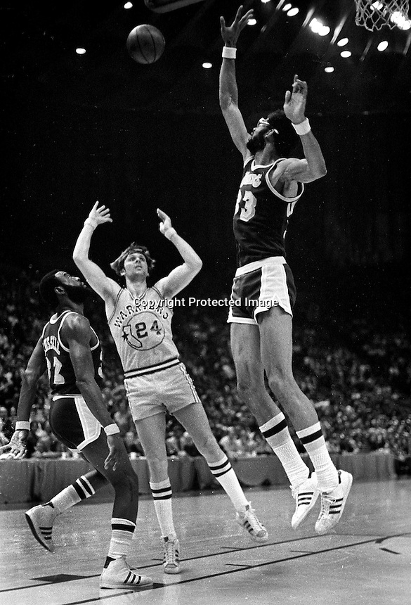 Warriors Rick Barry trys to shoot over Kareem Abdul-Jabbar..Warriors vs Lakers 1977. (photo/<br />