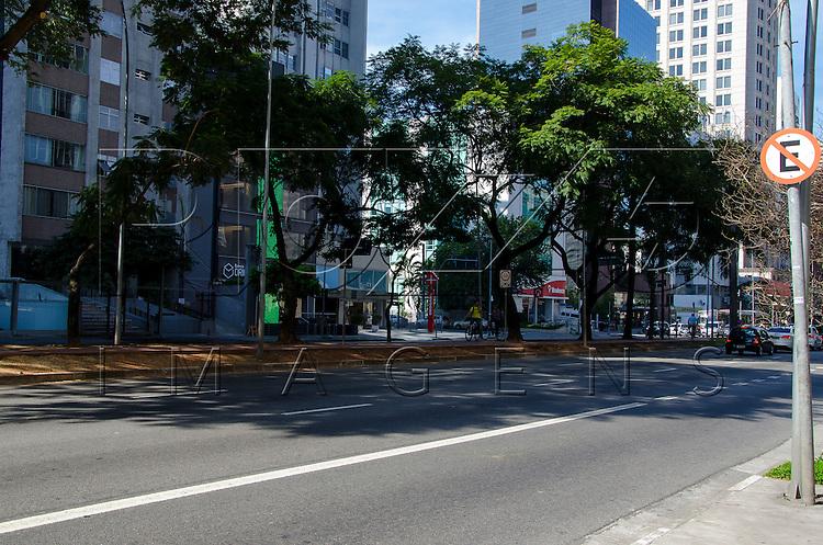 Veículos na Avenida Faria Lima, São Paulo - SP, 07/2016.