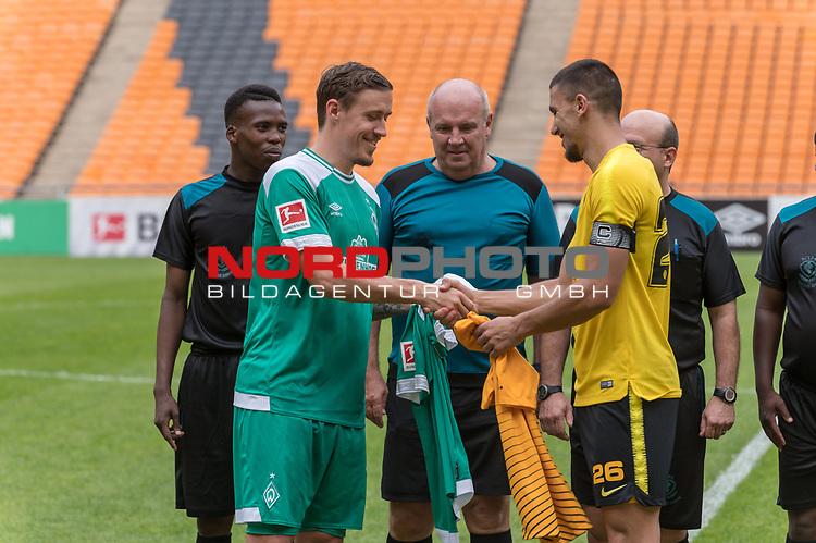 06.01.2019, FNB Stadion/Soccer City, Nasrec, Johannesburg, RSA, FSP , SV Werder Bremen (GER) vs Kaizer Chiefs (ZA)<br /> <br /> im Bild / picture shows <br /> <br /> Max Kruse (Werder Bremen #10) und #Lorenzo Gordinho (Kaizer Chiefs #26) vor dem Spiel beim Trikottausch mit den Schiedsrichtern <br /> <br /> <br /> Foto &copy; nordphoto / Kokenge