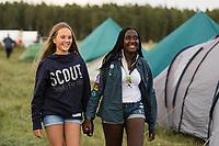 20170805 Två tjejkompisar går hand i hand bland tälten på Jamboree17  Foto: Magnus Fröderberg