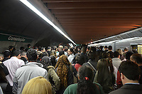 SAO PAULO, SP, 29 DE MAIO DE 2013 - METRO VESPERA DE FERIADO - Movimentacao no acesso a Linha Amarela, na estação Consolação, no fim da tarde desta quarta feira, 29, véspera de feriado. Devido a superlotação a fila ocupa metade da plataforma.  (FOTO: ALEXANDRE MOREIRA / BRAZIL PHOTO PRESS)
