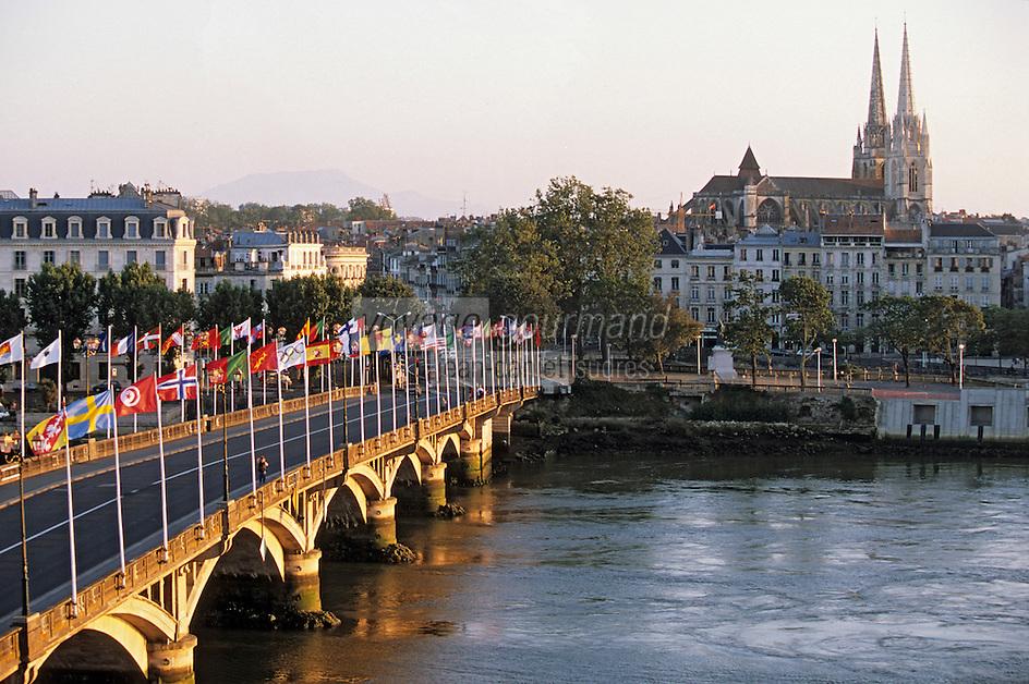 Europe/France/Aquitaine/64/Pyrénées-Atlantiques/Bayonne: Le pont sur l'Adour et la cathédrale Notre-Dame-de-Bayonne (architecture gothique XIIIème) décoré lors des fètes de la ville