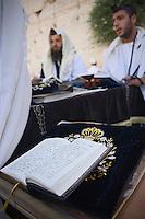 Asie/Israël/Judée/Jérusalem: Pélerins au Mur des Lamentations ou Mur Occidental livre des psaumes