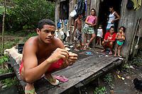 Valdinei da Conceção Cardoso com cinco irmãos e sua mãe, sem poder pescar.<br /> Rio Aurá.<br /> Belém, Pará, Brasil<br /> Foto Paulo Santos<br /> 19/03/2013
