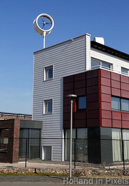 Woonhuis met windenergie molen op het dak