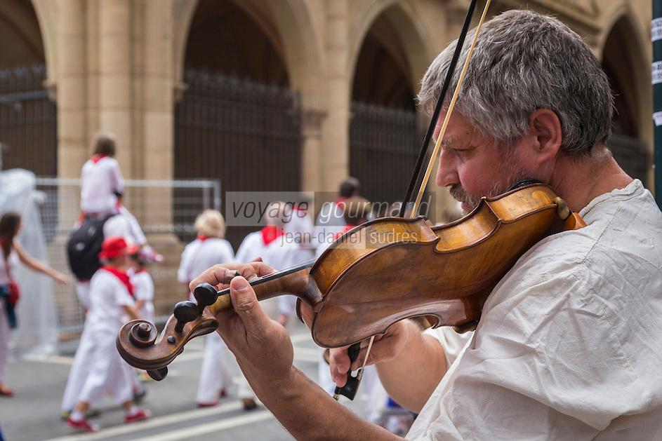 Espagne, Navarre, Pampelune: Fêtes de San Fermín , musicien des rues //  Spain, Navarre, Pamplona: Festival of San Fermín, Street Musician