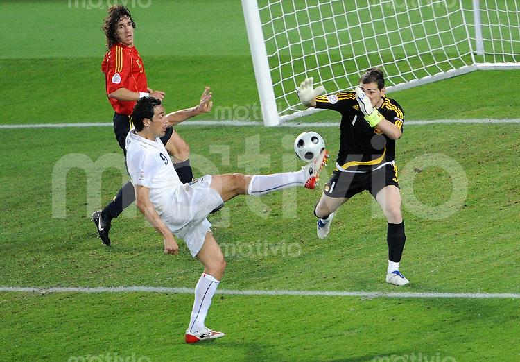 FUSSBALL EUROPAMEISTERSCHAFT 2008  Spanien - Italien    22.06.2008 Luca TONI (ITA, l) gegen Iker CASILLAS (ESP).