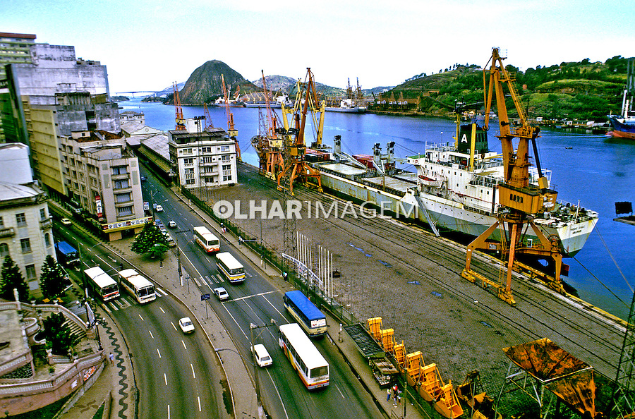 Navio de carga no porto de Vitória, Espirito Santo. 1988. Foto de Juca Martins.