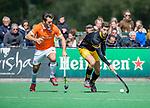 BLOEMENDAAL -  Joaquin Menini Suero (Den Bosch) met Arthur van Doren (Bldaal)  tijdens de hoofdklasse competitiewedstrijd hockey heren,  Bloemendaal-Den Bosch  COPYRIGHT KOEN SUYK