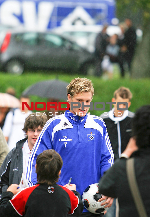 1.Liga FBL 2008/2009  Training Hamburger SV <br /> <br /> Marcel Jansen (Nr.7) im Training belagert von Fans und Autogrammj&auml;gern.<br /> <br /> <br /> Foto &copy; nph (nordphoto)<br /> <br /> *** Local Caption ***