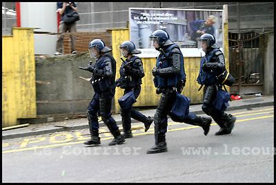 Genève, le 01.06.2003 .Manifestation anti-g8. Charge de la police genevoise contre une barricade érigée par des manifestants..© Jean-Patrick Di Silvestro