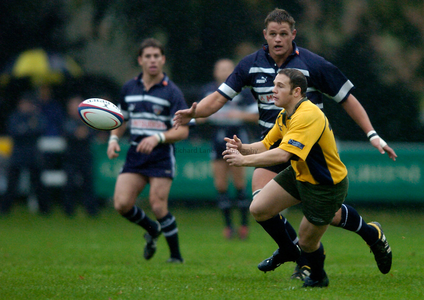 Photo: Richard Lane..Henley Hawks v Bristol Shoguns. Division One. 23/10/2004..Barry Reeves passes.