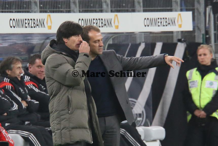 Co-Trainer Hansi Flick und Bundestrainer Jogi Löw (D) ratlos - Deutschland vs. Polen, WM-Vorbereitung Testspiel, Imtech Arena Hamburg
