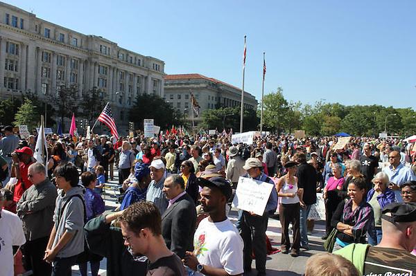 """MIA45 - WASHINGTON (DC, EEUU), 06/10/2011.- Cientos de personas se manifiestan hoy, jueves 6 de octubre 2011, en la Freedom Plaza (plaza de la Libertad) en el centro de Washington DC (EEUU), para protestar contra los excesos de Wall Street, en unas protestas similares a las surgidas en Nueva York este fin de semana. Con gritos de """"la humanidad no necesita la avaricia de las corporaciones"""" o """"paren la máquina para crear un mundo nuevo"""", los """"indignados"""" tienen planeado quedarse los próximos días. EFE/Alfonso Fernández"""