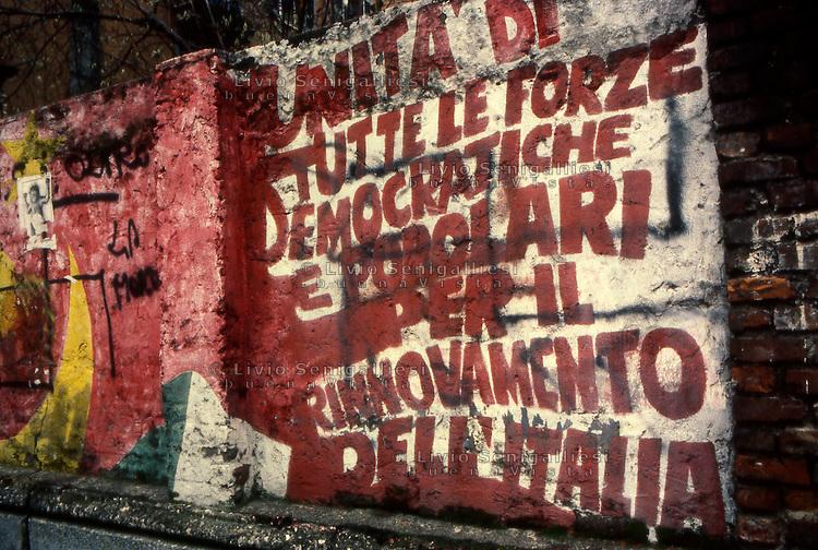 Milano 1970.Murales realizzato sui muri di una fabbrica nel quartiere Affori sui temi della lotta operaia. .Foto Livio Senigalliesi