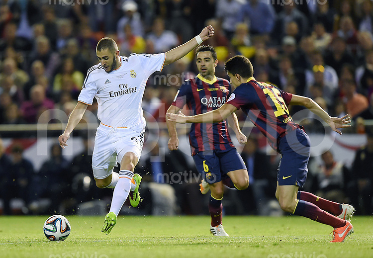 FUSSBALL  INTERNATIONAL Copa del Rey FINALE  2013/2014    FC Barcelona - Real Madrid            16.04.2014 Karim Benzema (li, Real Madrid) gegen Marc Bartra (Mitte, Barca) und beobachtet von Xavi Hernandez (re, Barca)