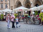 Krakow 2019-07-20. Muzułmanscy turyści zwiedzający Kraków, Rynek Główny