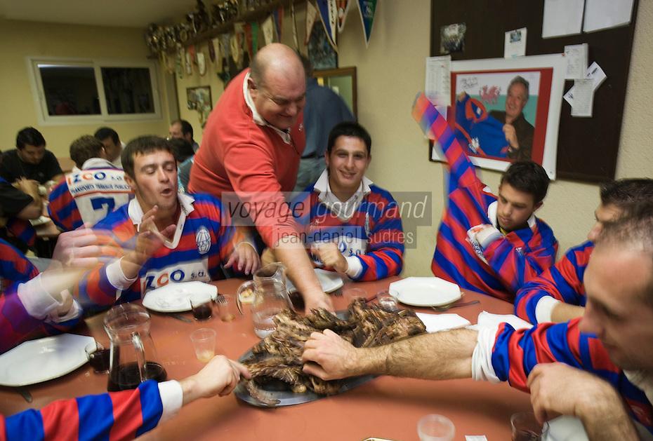 Europe/France/Aquitaine/40/Landes/Gabarret: Troisième mi-temps de l'équipe de Rugby ,lors d'une 'Carcassade, carcasses et croupions des canards  cuits à la braise au siège du club de rugby [Non destiné à un usage publicitaire - Not intended for an advertising use]