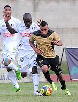 ITAGÜI - COLOMBIA -20-04-2014: Cleider Alzate, (Der.) jugador de Itagüi disputa el balón con Fausto Obeso (Izq.) jugador de Once Caldas durante  partido Itagüi y Once Caldas por la fecha 18 de la Liga Postobon I 2014 en el estadio Ditaires de la ciudad de Itagüi. / Cleider Alzate,  (R) player of Itagüi fights for the ball with Fausto Obeso (L) player of Once Caldas during a match Itagüi and Once Caldas for the date 18th of the Liga Postobon I 2014 at the Ditaires stadium in Itagüi city. Photo: VizzorImage / Luis Rios / Str.