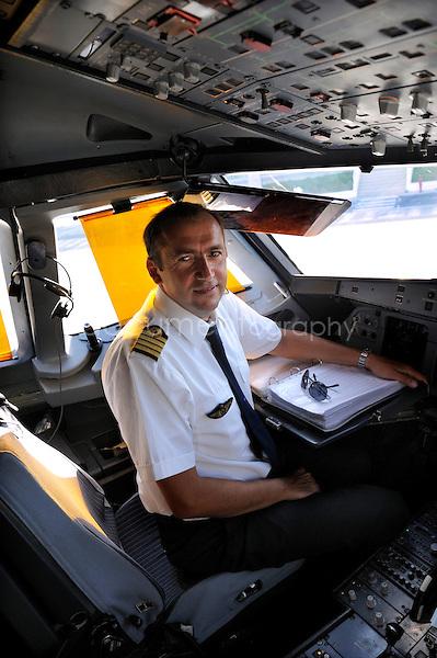 copyright : magali corouge / Documentography.10/06/09.Me?tier : Pilote..Laurent Guerini dans le cockpit.