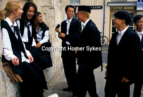 'OXFORD UNIVERSITY' 1995, ST EDMUND HALL STUDENTS WAIT FOR A FRIEND BEFORE GOING ON A PICNIC, 1995