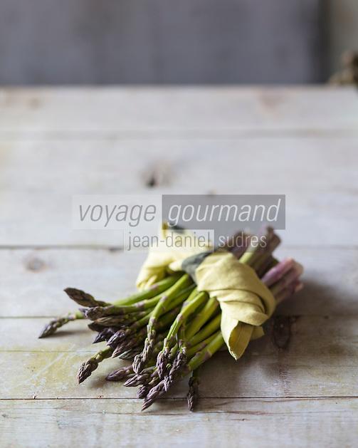 Gastronomie Générale: Asperges Vertes  / General Gastronomy: Green Asparagus - Stylisme : Valérie LHOMME