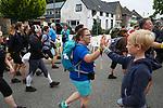 Foto: VidiPhoto<br /> <br /> VALBURG- Wandelaars van de Nijmeegse Vierdaagse passen dinsdag het dorp Valburg, waar ze begroet werden door de enthousiaste inwoners. De eerste dag van de Vierdaagse gaat traditiegetrouw dwars door de Betuwe. De 103e Vierdaags begon dinsdag rond 4 uur fris en met 44.702 wandelaars. Dat zijn er 222 meer dan vorig jaar. Ruim 2500 mensen die zich hadden ingeschreven hebben hun startbewijs niet opgehaald. De wandelaars komen uit 77 verschillende landen. De Nijmeegse Vierdaags is het grootste wandelevenement ter wereld.