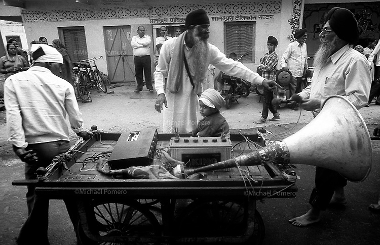 11.2010 Bundi (Rajasthan)<br /> <br /> Man carrying music and a baby during guru Nanak festival.<br /> <br /> Homme transportant un enfant et la musique pendant la f&ecirc;te de guru Nanak.