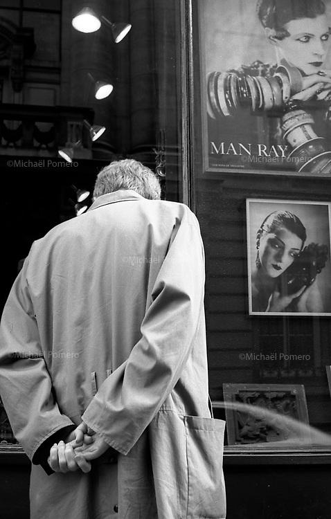 10.2010 Paris (&icirc;le de france)<br /> <br /> Homme devant une vitrine.<br /> <br /> Man in front of a window.