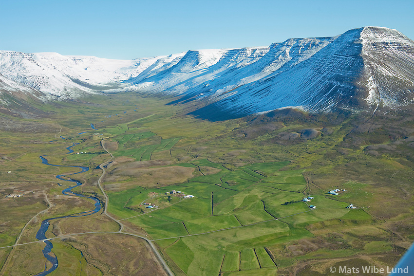 Enni og Sandfel l- Unadalur séð til austurs, í bakgrunni t.v. Ás, Stekkgjagerði, Hólkot, Hraun, Grundarland, Bjarnastaðir og Spána - en hægra megin fyrir innan er: Svínavellir og Bjarnastaðagerði. Sveitarfélagið Skagafjörður áður Hofshreppur  /   Enni and Sandfell - viewing south -  Undalur: in background left: As, Stekkjagerdi, Holkot, Hraun, Grundarland, Bjarnastadir and Spana - on the southermost side: Svinavellir and Bjarnastadagerdi. Sveitarfelagid Skagafjordur former Hofshreppur.