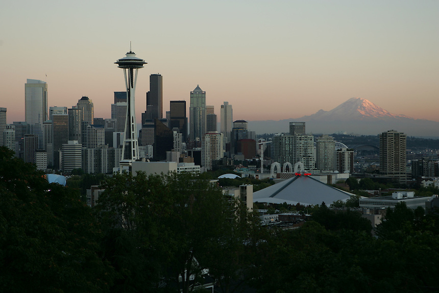 Seattle Skyline during sunset on Thursday, Sept. 28, 2006. (Photo by Kevin P. Casey)