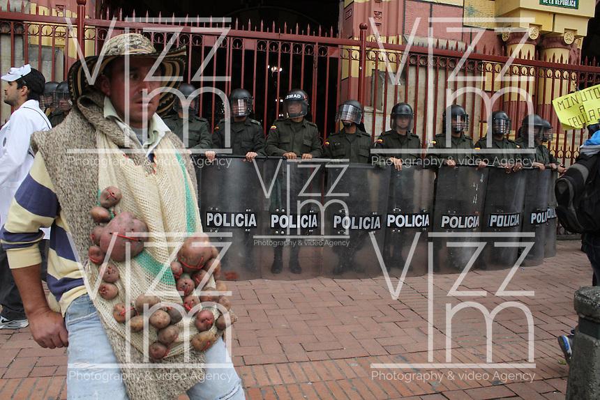 BOGOTA - COLOMBIA - 03 -12 -2013: Miles de campesinos marcharon por las calles de Bogota, le manifestaron al gobierno nacional su inconformidad de los acuerdos firmados en el pasado paro agrario y dejaron abierta la posibilidad de ir a un nuevo paro en el mes de febrero del año entrante. / Thousands of farmers marched through the streets of Bogota, they expressed their disagreement to the national government of the agreements signed in the past agrarian strike and left open the possibility of going to a new arrest in February of next year. / Photo: VizzorImage / Felipe Caicedo / Staff