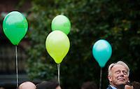 Berlin, Der Spitzenkandidat zur Bundestagswahl, der Fraktionsvorsitzende der Gruenen im Bundestag, Juergen Trittin, blickt am Freitag (20.09.13) bei einer Wahlkampfveranstaltung von Bündnis 90 / Die Grünen vor grünen Luftballons nach oben. Foto: Steffi Loos/CommonLens
