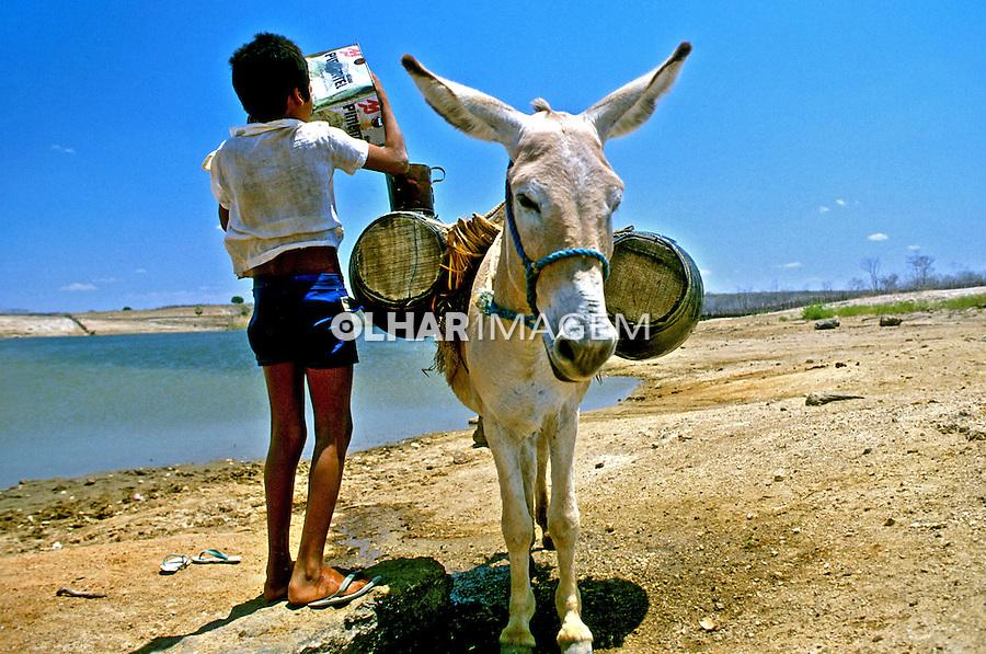 Transporte de água de açude em região seca, Ceará. 1988.  Foto de Daniel Augusto Jr.