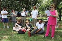 SAO PAULO, 01 DE DEZEMBRO 2012 - VENTOS DA PAZ - Um  grupo de ativistas realizou na manha deste domingo no parque Ibirapuera em Sao Paulo um ato em favor da paz entre israelenses e palestinos no ato houve confeccoes de cata-ventos e declamacoes de poesias e No final soltaram-se pipas simbolizando os dois povos nesse domingo 01 . (FOTO LEVY RIBEIRO - BRAZIL PHOTO PRESS)