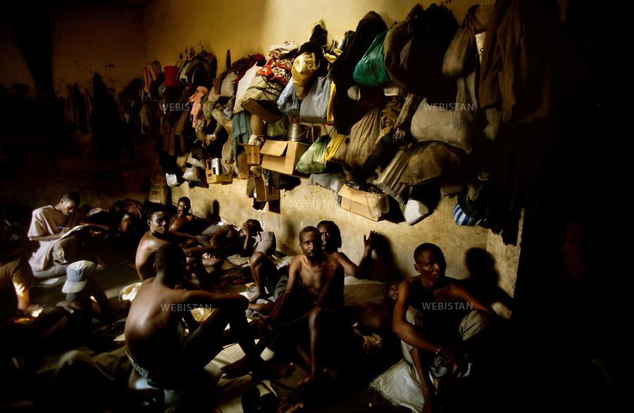 1996. Rwanda. Ci Lwama. A prison is overpopulated with prisoners, who have been accused of being involved in the 1994 Rwandan Genocide. Rwanda. Ci Lwama. Une prison est surpeuplée de prisonniers, accusés d'avoir participé au génocide au Rwanda en 1994.