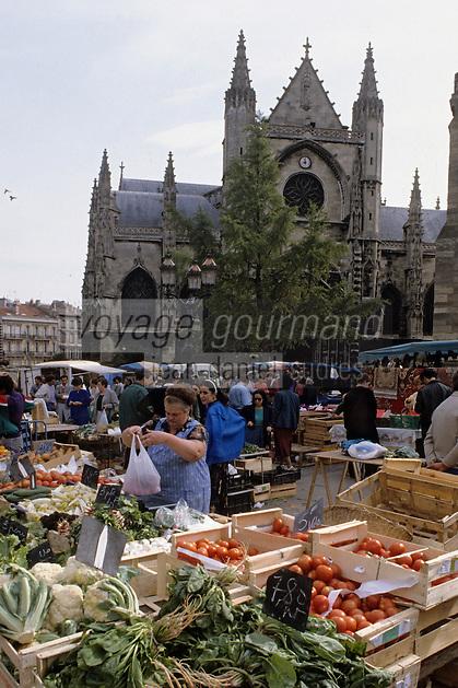 Europe/France/Aquitaine/33/Gironde/Bordeaux: Le marché alimentaire devant l'église Saint-Michel (architecture gothique)