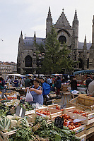 Europe/France/Aquitaine/33/Gironde/Bordeaux : Le marché alimentaire devant l'église Saint-Michel (architecture gothique)