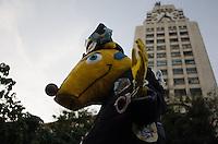 RIO DE JANEIRO, RJ, 15.05.2014 - PROTESTO NAO VAI TER COPA - RIO DE JANEIRO - Manifestantes protestam contra a realização da Copa do Mundo no Brasil,  no centro do Rio de Janeiro, nesta quinta-feira. (Foto: Tércio Teixeira / Brazil Photo Press).