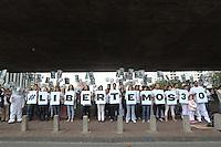 SAO PAULO, SP, 05.10.2013 - PROTESTO GREENPEACE - Manifestantes durante ato global de apoio à liberdade dos ativistas estavam a bordo do navio Arctic Sunrise – foram presos pelas autoridades russas dia 19 de setembro após um protesto pacífico contra a exploração de petróleo no Ártico, entre eles, está a bióloga brasileira Ana Paula Maciel, de 31 anos. Eles estão sendo acusados de pirataria –o que não poderia ser aplicado a casos de protestos pacíficos – e podem ser condenados a até 15 anos de prisão, manifesto realizado na manha deste sabado no Masp na Avenida Paulista. (Foto: Vanessa Carvalho / Brazil Photo Press).