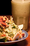 Salada completa com torradas e ovos.