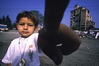 ITALIA Torino  Campo nomadi Rom  (Campo dell'Arrivore, 2001) un bambino indica con il dito in primissimo piano