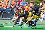 BLOEMENDAAL - Jelle Galema (Den Bosch) en Noud Schoenaker (Den Bosch) zien de bal naast het doel van keeper Maurits Visser (Bldaal) gaan  tijdens de hoofdklasse competitiewedstrijd hockey heren,  Bloemendaal-Den Bosch (2-1). rechts Jasper Brinkman (Bldaal) .   COPYRIGHT KOEN SUYK