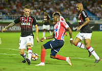 BARRANQUIILLA - COLOMBIA, 05-12-2018:Yonni Gonzalez (Der.) de Junior disputa el balón con Luis Pereira (Izq.) del Paranaense durante el encuentro entre Atlético Junior de Colombia e Atlético Paranaense de Brasil por la final, ida, de la Copa CONMEBOL Sudamericana 2018 jugado en el estadio Metropolitano Roberto Meléndez de la ciudad de Barranquilla. / Yonni  Gonzalez (R) of Junior struggles for the ball with Luis Pereira (L) of Paranaense during a final first leg match between Atletico Junior of Colombia and Atlético Paranaense of Brazil as a part of Copa CONMEBOL Sudamericana 2018 played at Roberto Melendez Metropolitan stadium in Barranquilla city Atlético Junior de Colombia y Atlético Paranaense de Brasil en partido por la final, ida, de la Copa CONMEBOL Sudamericana 2018 jugado en el estadio Metropolitano Roberto Meléndez de la ciudad de Barranquilla. / Atletico Junior of Colombia and Atletico Paranaense of Brazil in Final first leg match as a part of Copa CONMEBOL Sudamericana 2018 played at Roberto Melendez Metropolitan stadium in Barranquilla city.  Photo: VizzorImage / Alfonso Cervantes / Cont