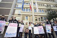 Radicali manifestano all'AGCOM, con Pannella e Bonino