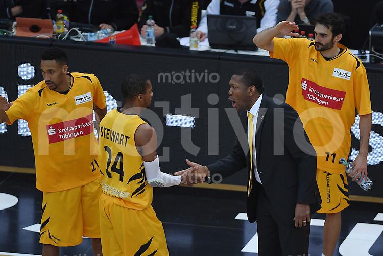 Basketball  1. Bundesliga  2016/2017  Hauptrunde  12. Spieltag  04.12.2016 Walter Tigers Tuebingen - ratiopharm Ulm Trainer Tyron McCoy (re, Tigers) klatscht mit Barry Stewart (li, Tigers)