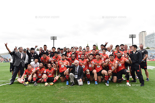 Sunwolves team group, APRIL 23, 2016 - Rugby April 23, 2016 - Rugby : Sunwolves players celebrate after winning the Super Rugby match between Sunwolves 38-26 Jaguares at Prince Chichibu Memorial Stadium in Tokyo, Japan. (Photo by Yuka Shiga/AFLO)