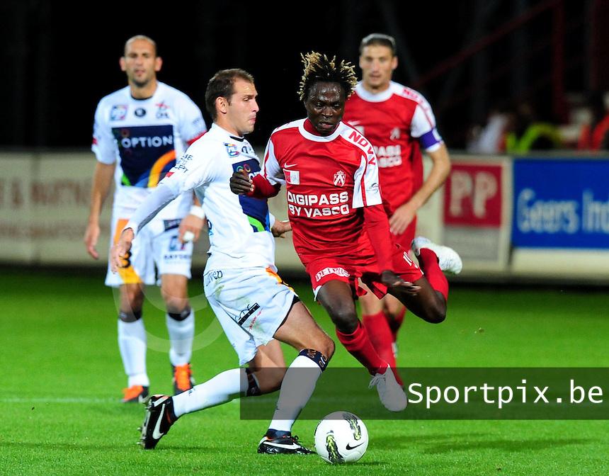 KV Kortrijk - OH Leuven : Maxime Annys haalt Ernest Nfor onderuit.foto VDB / BART VANDENBROUCKE