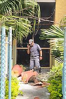 SAO JOSE DOS CAMPO, SP, 23 DE JANEIRO DE 2012. Bombeiro apaga um principio de incendio na Biblioteca Comunitaria Jansen Filho que foi atacada ontem no Bairro do Pinheirinho(FOTO: ADRIANO LIMA - NEWS FREE).